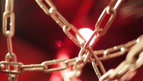 Zbliżenie set przeplatający łańcuchy na jaskrawym czerwonym tle zbiory wideo