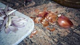 Zbliżenie siekać cebule na tnącej desce Zdjęcie Royalty Free