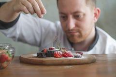 Zbliżenie skoncentrowany męski ciasto szef kuchni zdjęcia royalty free