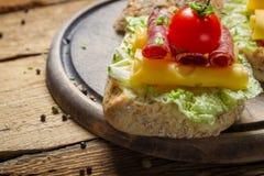Zbliżenie smakowite kanapki robić od świeżych składników Obrazy Royalty Free