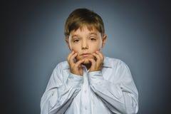 Zbliżenie smutna chłopiec z zmartwionym zaakcentowanym twarzy wyrażeniem Zdjęcia Royalty Free