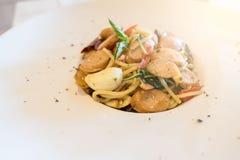 Zbliżenie spaghetti na bielu talerzu Włoszczyzny stylowy jedzenie fotografia stock