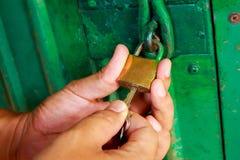 Zbliżenie stalowy drzwiowy kędziorek na ręce Obraz Royalty Free
