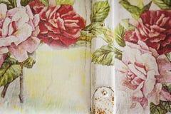 Zbliżenie stara walizka na tle, rocznik, malował w wh Fotografia Royalty Free