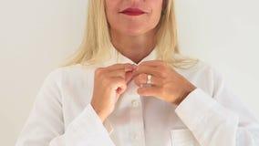 Zbliżenie stawia jej białą koszula dalej blond kobieta zbiory wideo