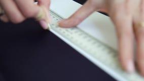 Zbliżenie stojaka ostrość kobieta wręcza rysunek na tkaninie z krawiectwo kredą zbiory
