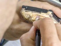 Zbliżenie stomatologicznego technika stosować ceramiczny zęby, wszczep Obrazy Royalty Free