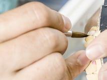 Zbliżenie stomatologicznego technika stosować ceramiczny zęby, wszczep Zdjęcie Royalty Free
