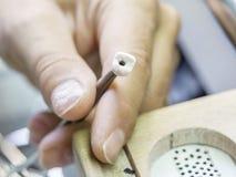 Zbliżenie stomatologicznego technika stosować ceramiczny zęby, wszczep Fotografia Royalty Free