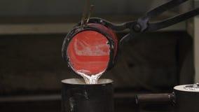 Zbliżenie stopiona cyna nalewał od lab naczynia zbiornik zdjęcie wideo
