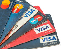 Zbliżenie stos kredytowe karty, wiza i MasterCard, kredyt, debetowy i elektroniczny Odizolowywający na białym tle z ścinek ścieżk Obraz Stock