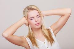 Zbliżenie stresująca się biznesowa kobieta zakrywa ucho z rękami Zdjęcia Stock