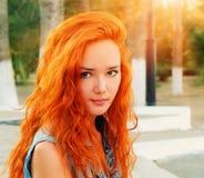 Zbliżenie strzał ładne czerwone z włosami kobiety w spokojnym stanie Fotografia Royalty Free