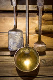 Zbliżenie strzał antykwarski metalu naczynia obwieszenie na drewnianej ścianie Fotografia Stock