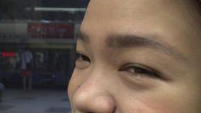 Zbliżenie strzał Azjatycka dziewczyny oka podróż w metrze 4K zbiory wideo