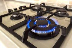 Zbliżenie strzał błękita ogień od domowego kuchennej kuchenki wierzchołka Benzynowy c obrazy stock