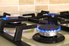 Zbliżenie strzał błękita ogień od domowego kuchennej kuchenki wierzchołka Benzynowy c fotografia stock