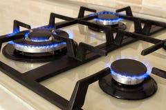 Zbliżenie strzał błękita ogień od domowego kuchennej kuchenki wierzchołka Benzynowy c obrazy royalty free