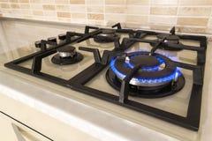 Zbliżenie strzał błękita ogień od domowego kuchennej kuchenki wierzchołka Benzynowy c zdjęcie royalty free