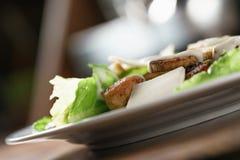 Zbliżenie strzał Caesar sałatka z kurczakiem na starym drewnianym stole Fotografia Royalty Free