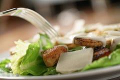 Zbliżenie strzał Caesar sałatka z kurczakiem na starym drewnianym stole Zdjęcie Stock