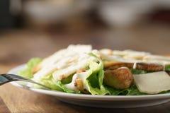 Zbliżenie strzał Caesar sałatka z kurczakiem na starym drewnianym stole Fotografia Stock