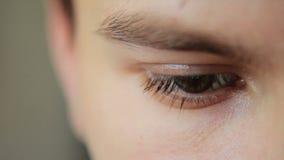 Zbliżenie strzał chłopiec oko zdjęcie wideo