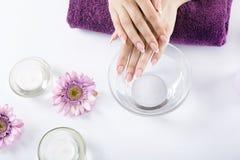 Zbliżenie strzał kobieta otrzymywa manicure obok w gwoździa salonie obraz royalty free