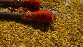 Zbliżenie strzał kwiaty w świątyni zbiory