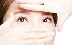 Zbliżenie strzał młoda kobieta przygląda się makeup Obrazy Royalty Free