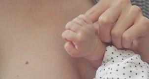 Zbliżenie strzał nowonarodzona dziewczynka trzyma jej macierzystego ` s palec zbiory