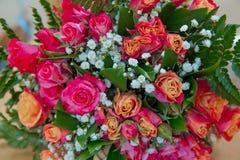 Zbliżenie strzelał czerwony bukiet róże, peonie, granatowowie Miłości i pasi symbol Rocznicowy lub urodzinowy prezent dla dziewcz Zdjęcia Royalty Free