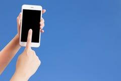 Zbliżenie strzelał kobieta pisać na maszynie na telefonie komórkowym Obraz Stock
