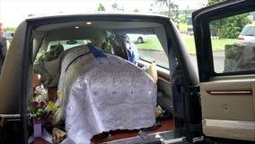 Zbliżenie strzelał kolorowa szkatuła w karawanie, kaplica lub pogrzeb przed pogrzebem przy cmentarzem zdjęcie wideo