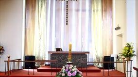 Zbliżenie strzelał kolorowa szkatuła w karawanie, kaplica lub pogrzeb przed pogrzebem przy cmentarzem zbiory wideo