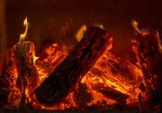 Zbliżenie strzelał płonąca łupka w grabie zdjęcia royalty free