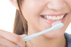 Zbliżenie strzelający kobieta szczotkuje zęby obraz royalty free