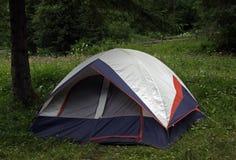Zbliżenie stubarwny turystyczny namiot fotografia royalty free