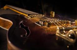 Zbliżenie sunburst gitara elektryczna z mosiężnymi mechanikami i bri zdjęcia royalty free