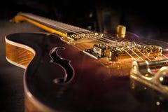 Zbliżenie sunburst gitara elektryczna z mosiężnymi mechanikami i bri zdjęcia stock