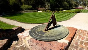 Zbliżenie sundial w ogródzie zdjęcie stock