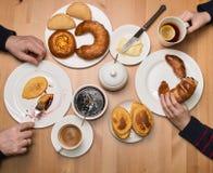 Zbliżenie syna i ojca ręki przy Śniadaniowym stołem handluje porcelany świeżego porcelanowe truskawek herbatę razem Famil Obraz Stock