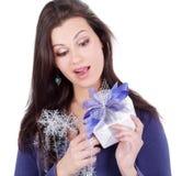 zbliżenie Szczęśliwa Ładna kobieta z prezentem odosobniony miotła biel obraz stock