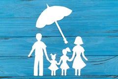 Zbliżenie szczęśliwa papierowa rodzina na błękitnym tle Obrazy Stock