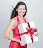 zbliżenie szczęśliwa piękna kobieta całuje ona prezent fotografia stock