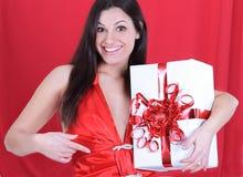 zbliżenie szczęśliwa piękna kobieta pokazuje jej prezent zdjęcia royalty free