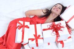 zbliżenie szczęśliwa piękna kobieta pokazuje jej prezent Ja fotografia stock