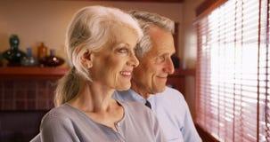 Zbliżenie szczęśliwa starsza para przyglądająca out okno zdjęcie stock