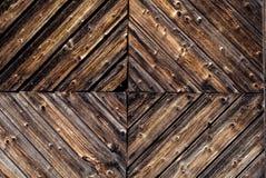 Zbliżenie szczegół wieśniak, wietrzejąca drewno ściana z textured dekoracyjnym woodwork Zdjęcia Stock