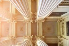 Zbliżenie szczegóły Kazan Katedralna kolumnada sufit i zaświecał miękkim światłem słonecznym w Petersburg, Rosja zdjęcie stock